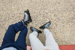 Plan rapproché des amies de personnes avec des patins de rouleau Image stock