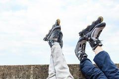 Plan rapproché des amies de personnes avec des patins de rouleau Photo stock