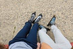 Plan rapproché des amies de personnes avec des patins de rouleau Photographie stock libre de droits
