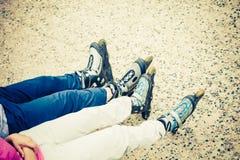 Plan rapproché des amies de personnes avec des patins de rouleau Images libres de droits