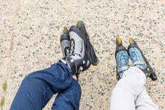 Plan rapproché des amies de personnes avec des patins de rouleau Photographie stock