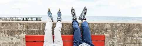 Plan rapproché des amies de personnes avec des patins de rouleau Photos stock