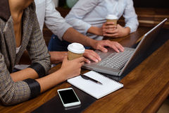 Plan rapproché des amis à l'aide de l'ordinateur portable Image libre de droits