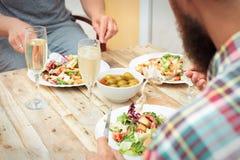Plan rapproché des amis dînant extérieur Image stock