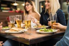 Plan rapproché des amis dans un restaurant Photos stock