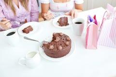 Plan rapproché des amis féminins mangeant un gâteau de chocolat Image libre de droits