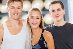 Plan rapproché des amis masculins et féminins sûrs souriant dans le gymnase photos libres de droits