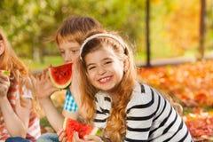 Plan rapproché des amis tenant la pastèque et la consommation Photos stock