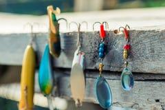 plan rapproché des babioles et des crochets pour pêcher le plan rapproché Image libre de droits