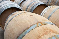 Plan rapproché des barils en bois de vin au soleil photographie stock libre de droits