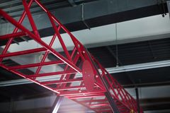 Plan rapproché des barres horizontales cramoisies pour compétitions sportives et séances d'entraînement, sports courants sur un f Image stock