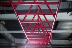 Plan rapproché des barres horizontales roses pour une séance d'entraînement, barres cramoisies cylindrique en métal sur un fond a Photos stock