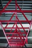 Plan rapproché des barres horizontales roses pour une séance d'entraînement, barres cramoisies cylindrique en métal sur un fond a Photo stock