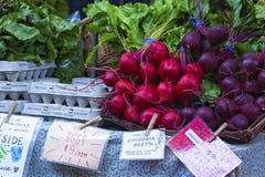 Plan rapproché des betteraves et des oeufs à vendre Image libre de droits