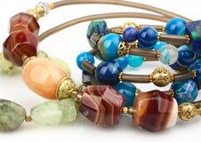 Plan rapproché des bijoux précieux naturels colorés de gemmes Photographie stock libre de droits