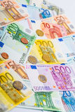 Plan rapproché des billets de banque et des pièces de monnaie Photographie stock libre de droits