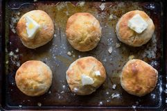 Plan rapproché des biscuits de pays avec du beurre dans l'arrangement rustique images libres de droits
