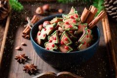 Plan rapproché des biscuits savoureux et aromatiques de pain d'épice pour Noël photographie stock