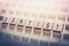 Plan rapproché des blocs de Formed By Wooden de dentiste de Word dans un Typecase image libre de droits