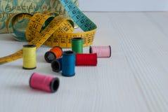 Plan rapproché des bobines colorées de fil photos libres de droits