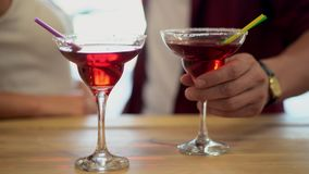 Plan rapproché des boissons alcoolisées pour des couples se tenant sur le fond banque de vidéos