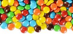 Plan rapproché des bonbons au chocolat colorés à pile images stock