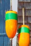 Plan rapproché des bouées oranges lumineuses de pêche photos stock