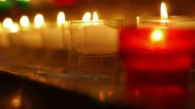 Plan rapproché des bougies dans l'église du saint Marie - Madeleine banque de vidéos