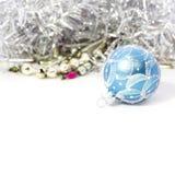 Plan rapproché des boules bleues de Noël Image stock