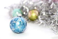 Plan rapproché des boules bleues de Noël Images stock