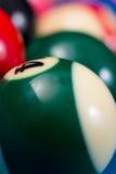 Plan rapproché des boules de piscine sur la table de billard bleue Image stock