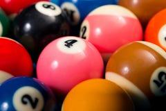 Plan rapproché des boules de piscine sur la table de billard bleue Photos libres de droits
