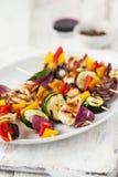 Plan rapproché des brochettes ou du shashlik de poulet avec les légumes grillés photos stock