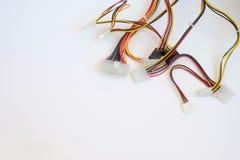Plan rapproché des câbles électriques colorés D'isolement sur le blanc, l'espace de copie Photo stock