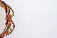 Plan rapproché des câbles électriques colorés D'isolement sur le blanc, l'espace de copie Image stock