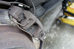 Plan rapproché des calibres usés de frein à disque sur la voiture Image stock