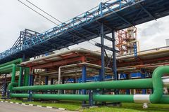 Plan rapproché des canalisations et des réservoirs de destillation Photographie stock libre de droits