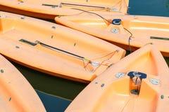Plan rapproché des canots de navigation amarrés Images stock