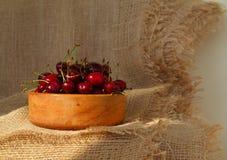 Plan rapproché des cerises savoureuses fraîches dans la cuvette en bois Dessert rustique de style photographie stock libre de droits