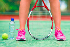 Plan rapproché des chaussures avec la raquette et la boule de tennis Photographie stock