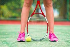 Plan rapproché des chaussures avec la raquette et la boule de tennis Photos libres de droits