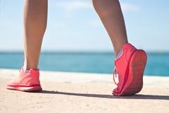 Plan rapproché des chaussures de course d'une femme Photographie stock libre de droits