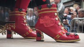 Plan rapproché des chaussures rouges de la femme au défilé vénitien dans Riquewihr en Alsace Image stock