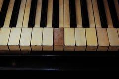 Plan rapproché des clés noires et blanches et du bois de piano Photo stock