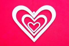 Plan rapproché des coeurs décoratifs blancs de la taille différente Photo libre de droits