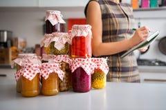 Plan rapproché des conserves de légumes dans des pots en verre sur le comptoir de cuisine photo stock