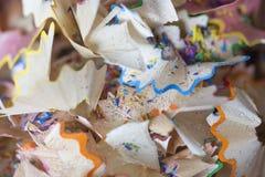 Plan rapproché des copeaux multicolores de crayon Photos libres de droits