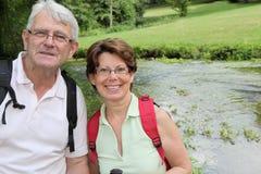 Plan rapproché des couples aînés un jour rampant Photos libres de droits