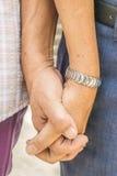 Plan rapproché des couples affectueux tenant des mains Photos stock