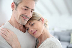 Plan rapproché des couples embrassant à la maison Image stock